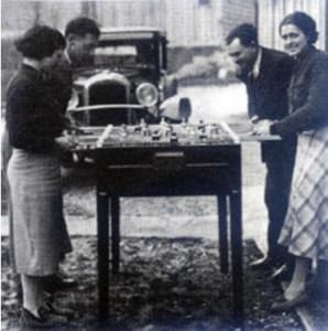 Persone che giocano a Calcio Balilla negli anni venti