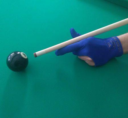 Colpo biglia palla 8 con stecca da biliardo e guantino